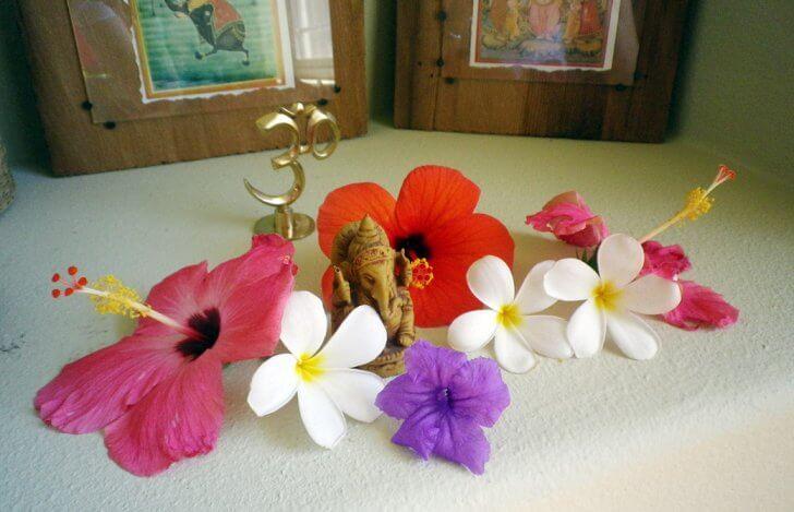 ガネーシャ像のまわりを花で飾った祭壇