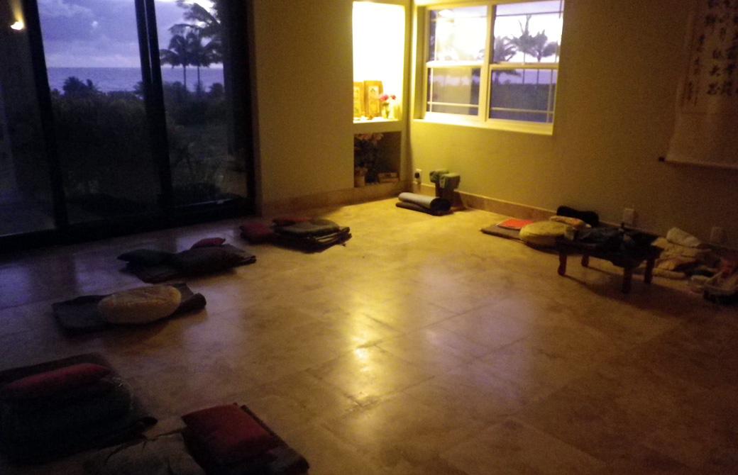 Mahokoのブログ カウアイ島のトレーニングルームに置かれた瞑想用のクッションなど