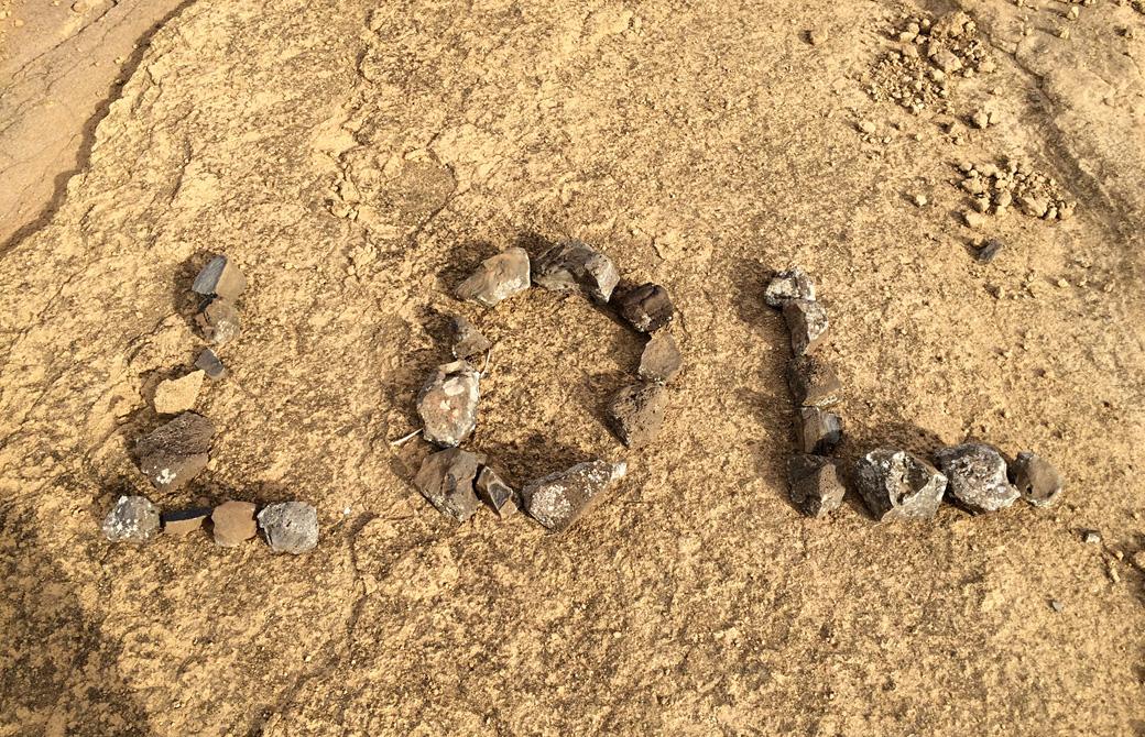 Mahokoのブログ 石を並べて作ったLOLの文字