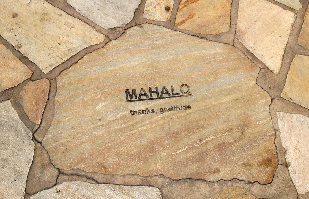 mahokoのブログ ワイキキの道路にあるMAHALOの文字