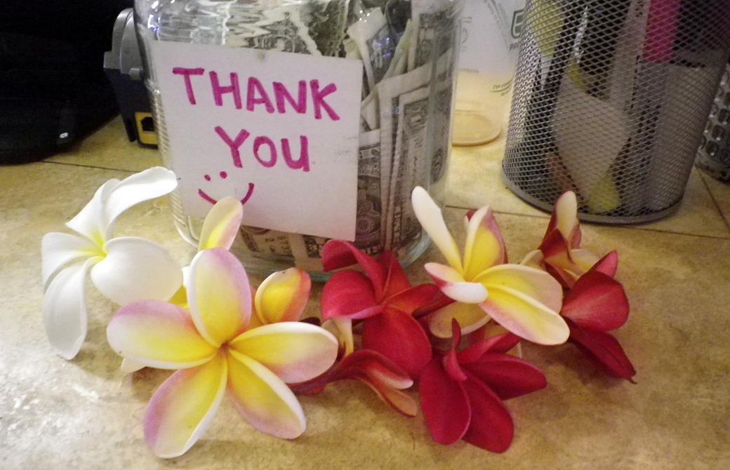 mahokoのブログ ハワイのカフェに置かれたチップの瓶についているThank youのメモとプルメリア