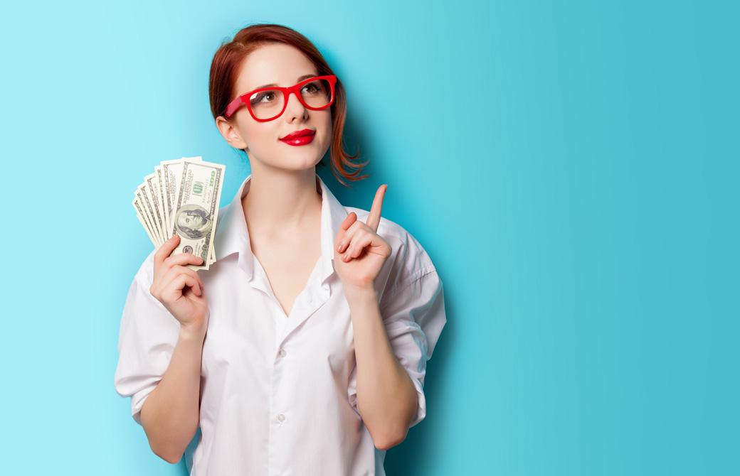 ドルの札束を手にした赤い縁の眼鏡をかけた女性が人差し指を指している