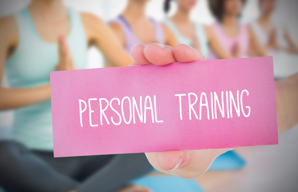 Personal Trainingのピンクの札とヨガをするひとたち