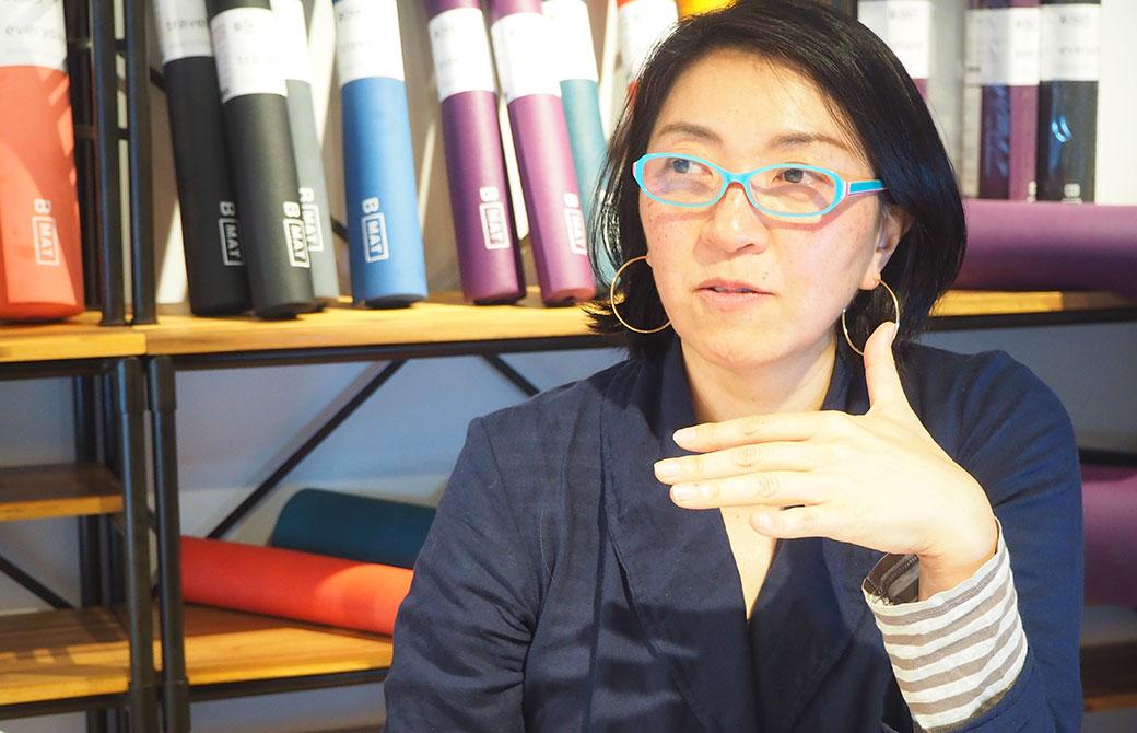 Yogini編集デスクの大嶋朋子さんが話をしている写真