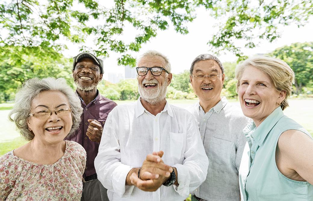シニア5人が楽しそうに話をしている写真