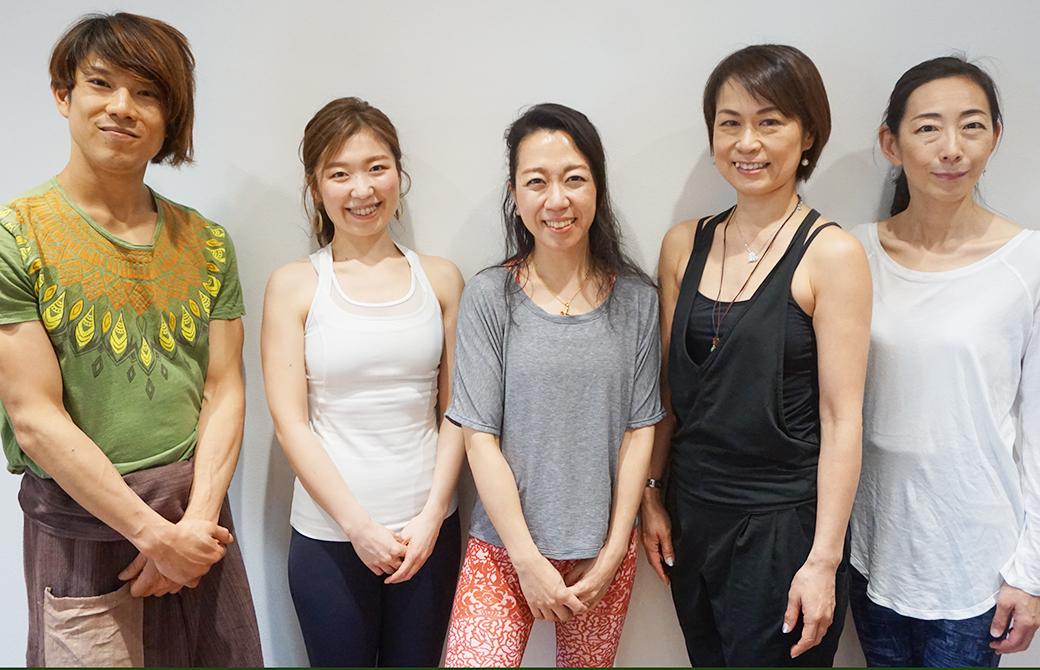 東京池袋にあるヨガスタジオ「wellnesslab.」の代表松島幸枝さんとヨガインストラクターの4人