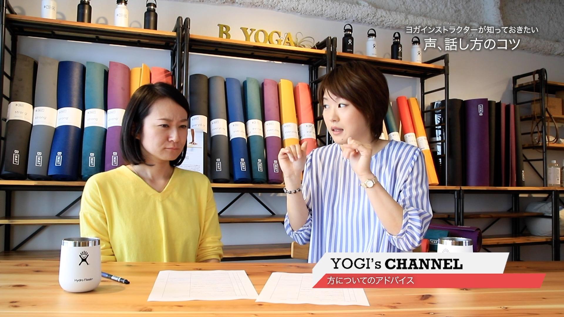 眉間にシワを寄せる練習をする編集長kayaと解説をする淳子先生