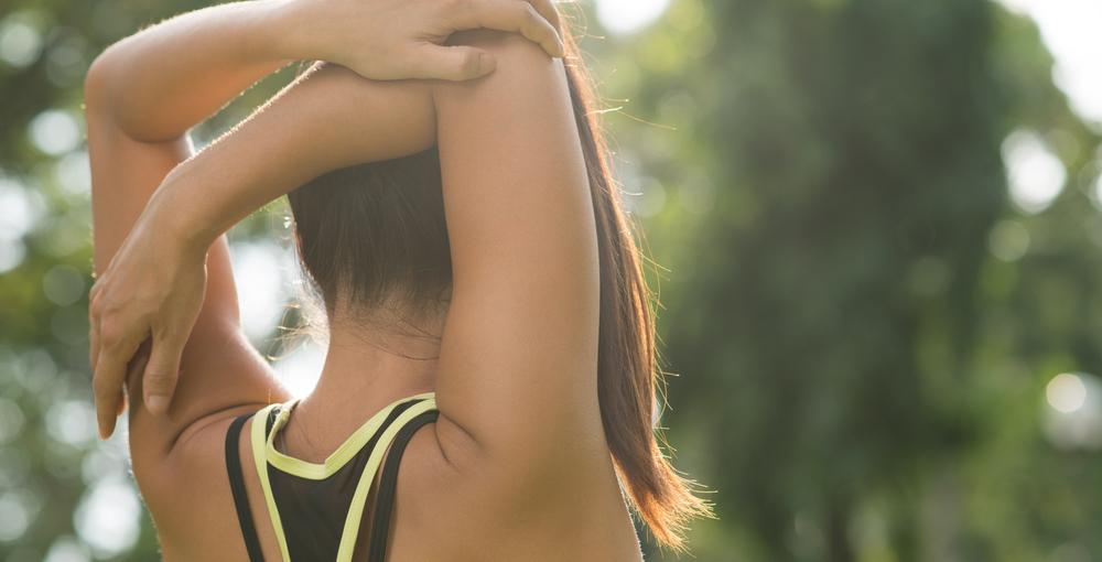 肩甲骨を動かす女性