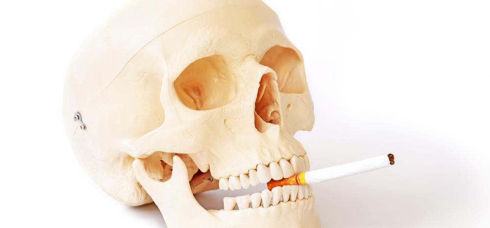 煙草をくわえる頭蓋骨