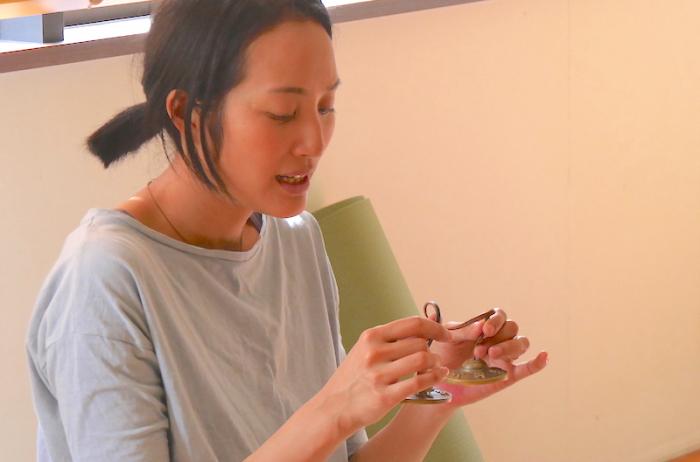 サントーシマ香先生がティンシャを鳴らしている