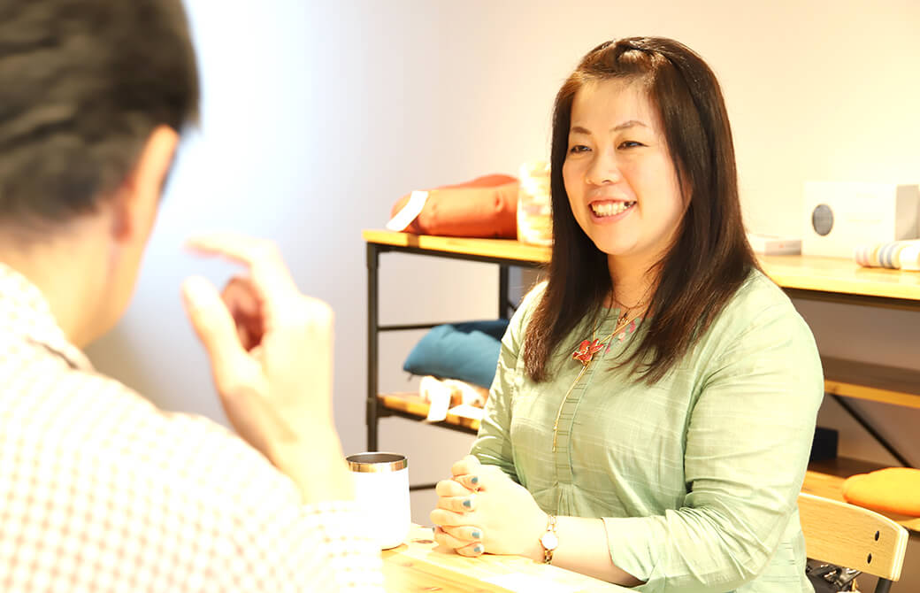 ヨガジェネ代表酒造博明からインタビューを受ける永井由香さん