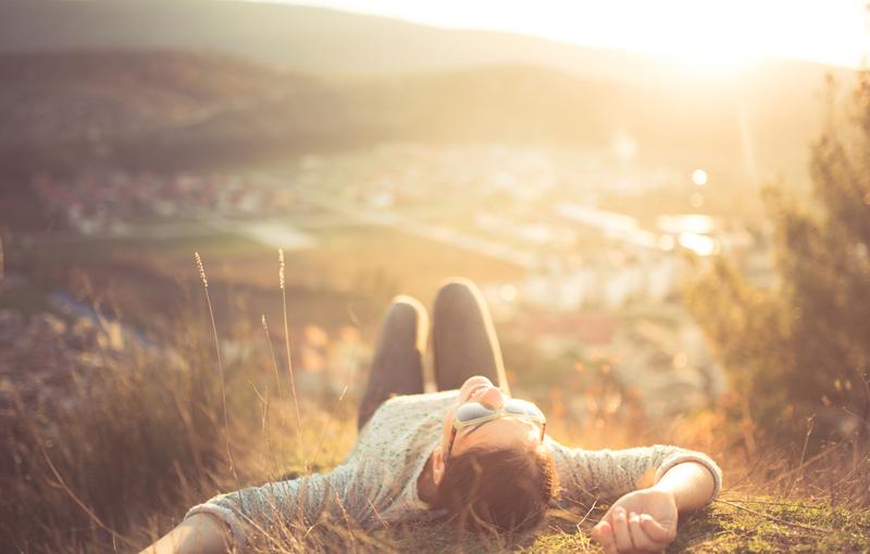 草の上で寝転がる女性