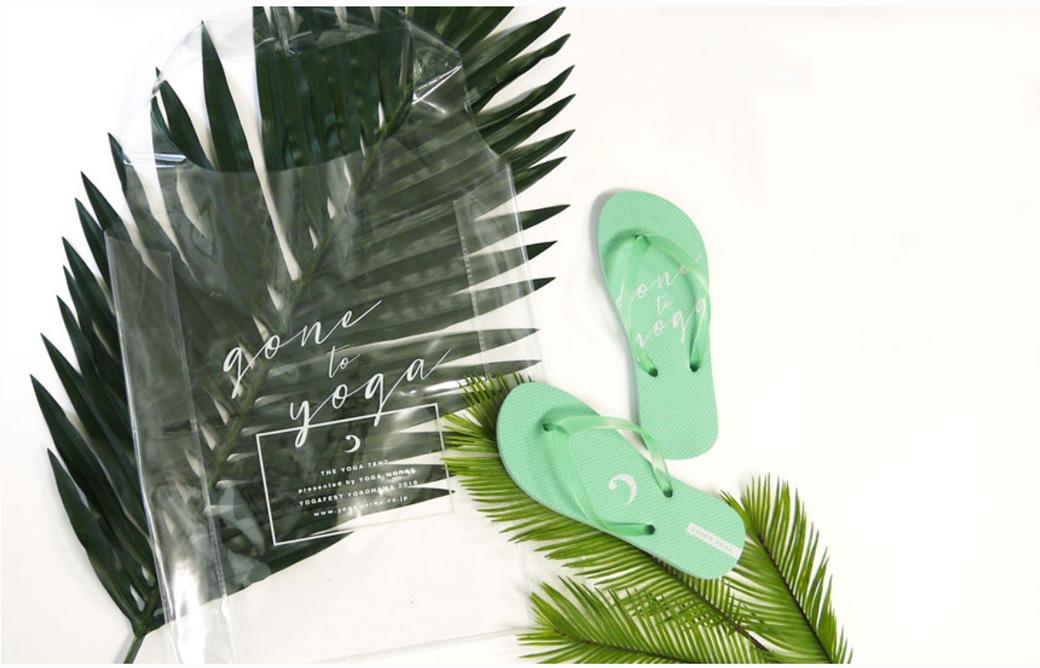 ヨガワークスTO-GO BEACH YOGAキャンペーンのプレゼントのビーチサンダルとオリジナルバッグの写真