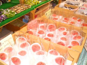たくさん並んだ桃