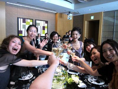 乾杯するオハナスマイルの女子チーム