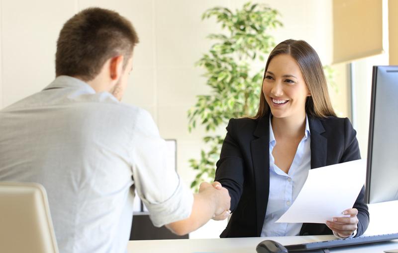 商談中のスーツ姿の笑顔の女性