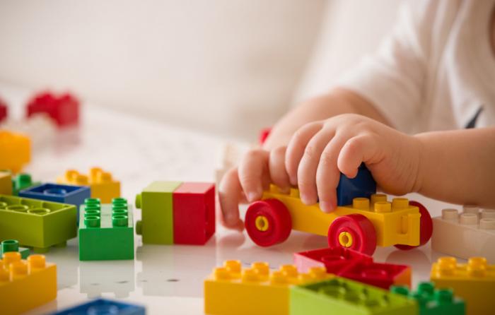 おもちゃで遊ぶ子どもの手