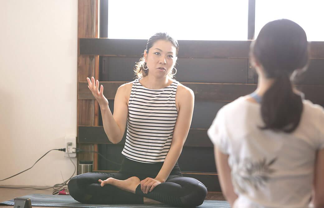 ヨガインストラクター田村佳世さんがクラスで話をしている様子