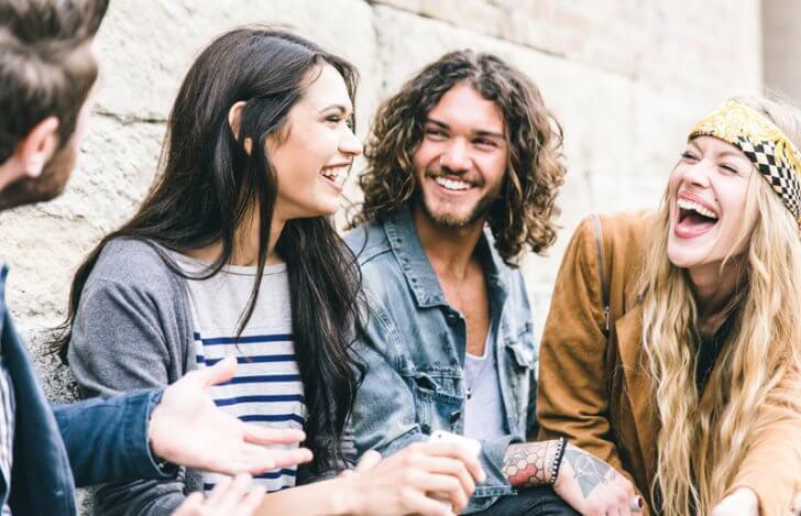 男女4人が楽しそうに談笑している