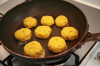 成型したカボチャをフライパンで焼く