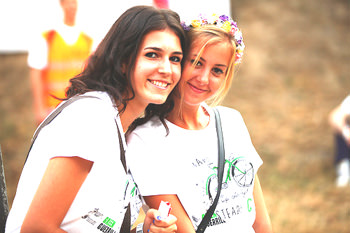 笑顔でほほえむ2人の女性