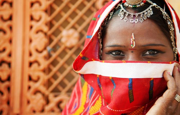 インドの少女が花嫁衣装を着ている