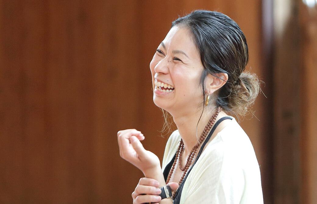 ヨガインストラクター田村佳世さんの笑顔の写真