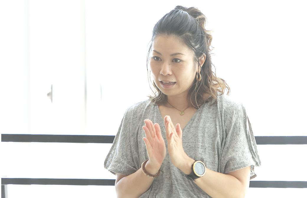 田村佳世さんがヨガクラスで話をしている写真