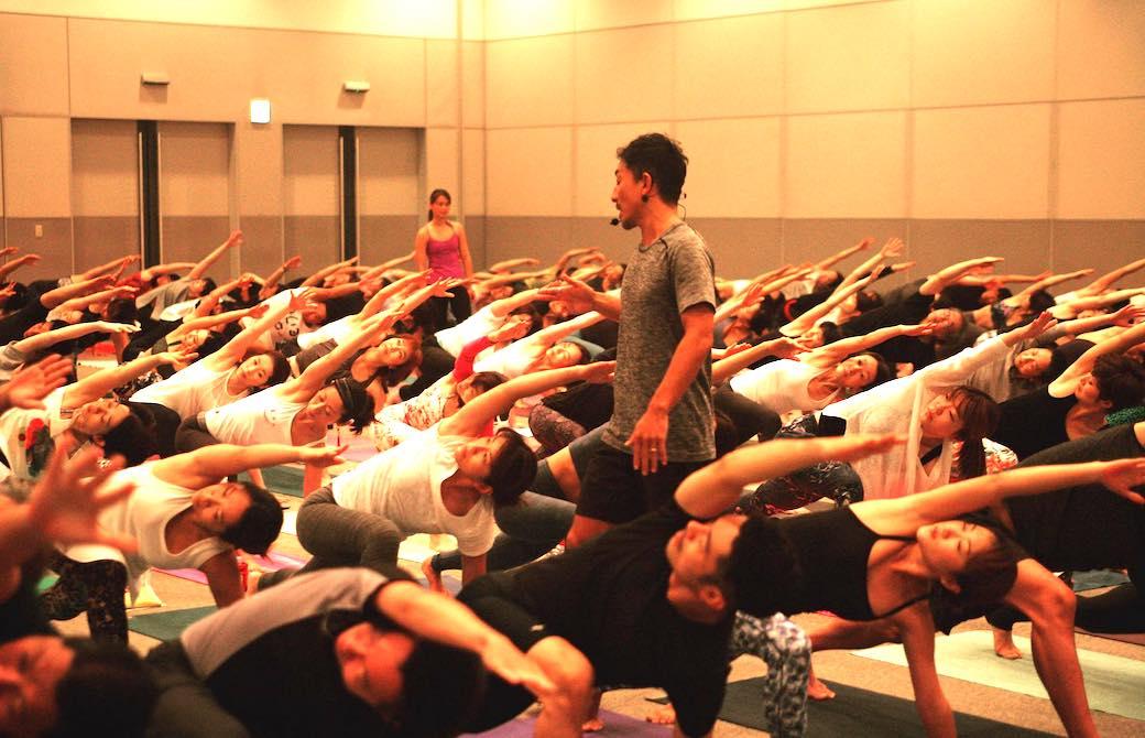 ヨガフェスタでは200人の満員を記録するほどの人気講師山本俊朗先生