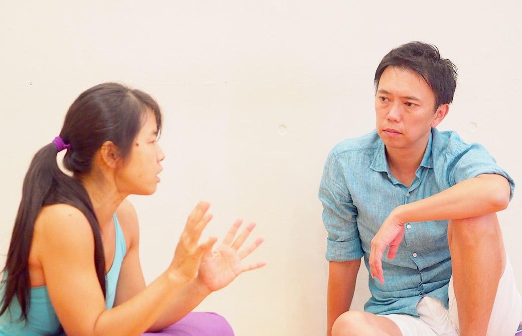練習をすることの意味について論議しているヨーコ先生と酒造。