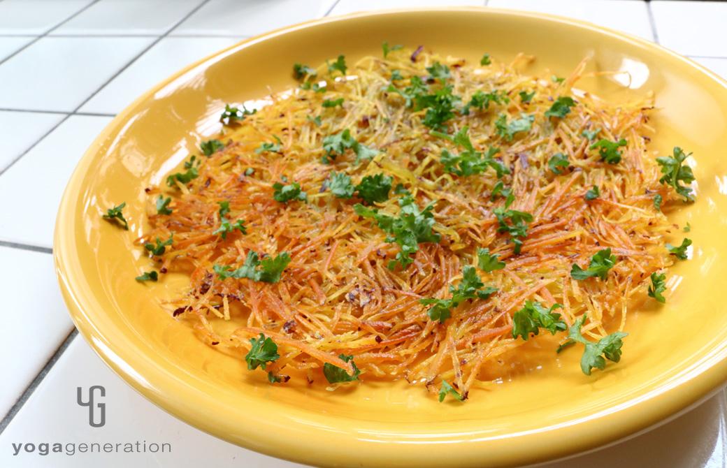 黄色い皿に盛りつけたパリパリ・クリスピー、サツマイモのガレット