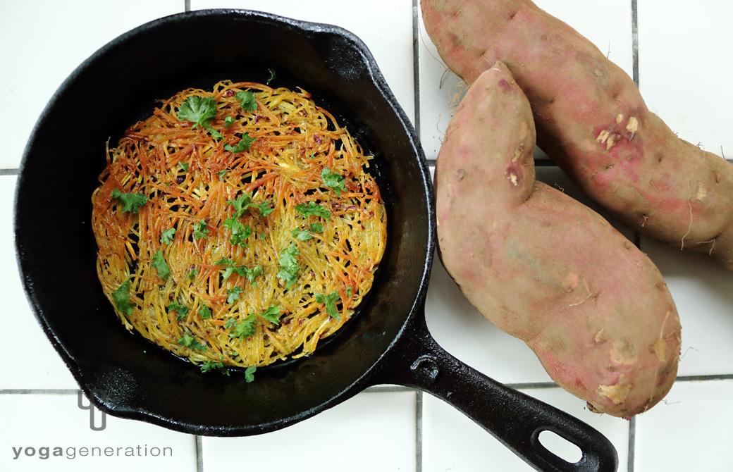スキレットに盛りつけたパリパリ・クリスピー、サツマイモのガレット