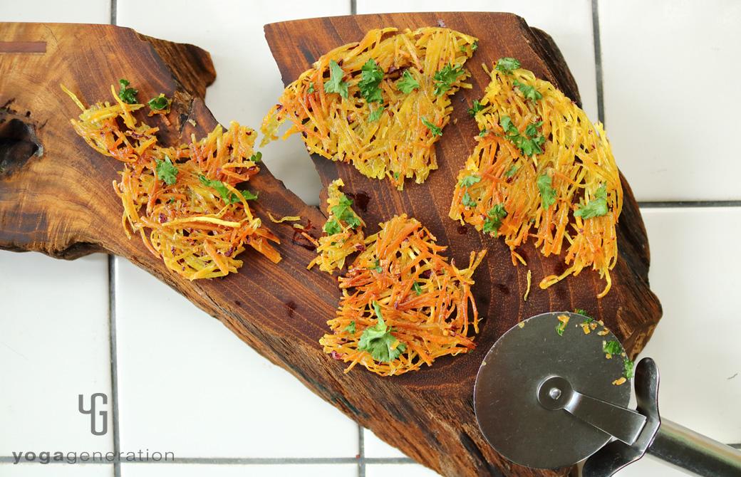 カッティングボードに盛りつけたパリパリ・クリスピー、サツマイモのガレット