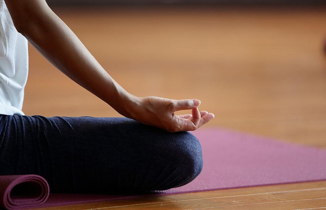 ポーズだけではなく、呼吸法や瞑想などの練習も少しずつ取り入れていくといった変化の付け方は良いステップになる
