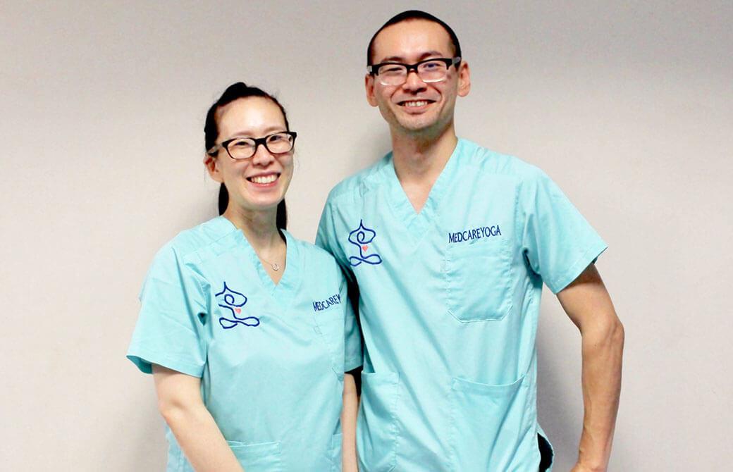 ヨガジェネの記事でもお馴染み、麻酔科専門医兼MEDCAREYOGA代表・中野陽子先生(左)と精神科医・中野輝基先生(右)