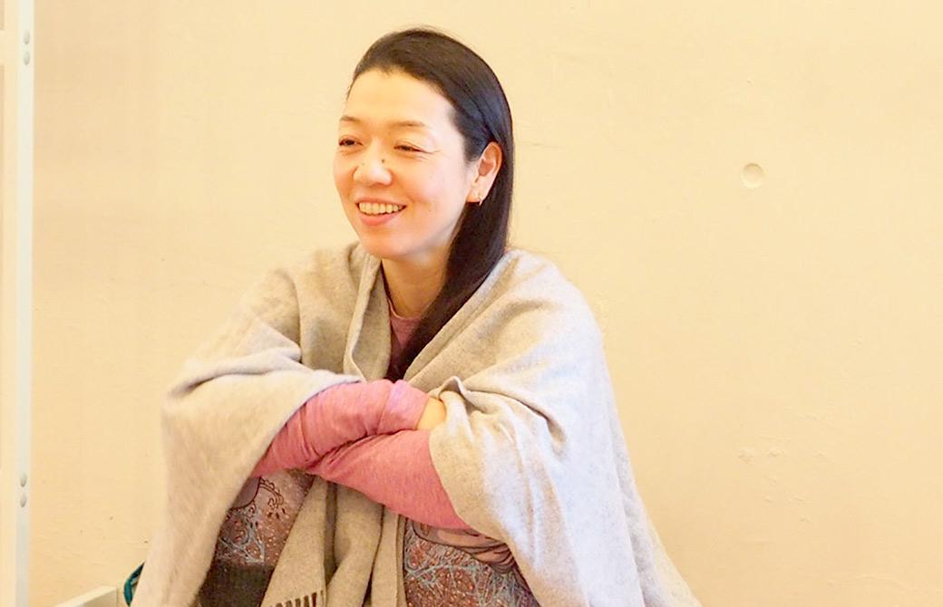 川原朋子先生が笑顔で生徒さんのお話を聞いている様子