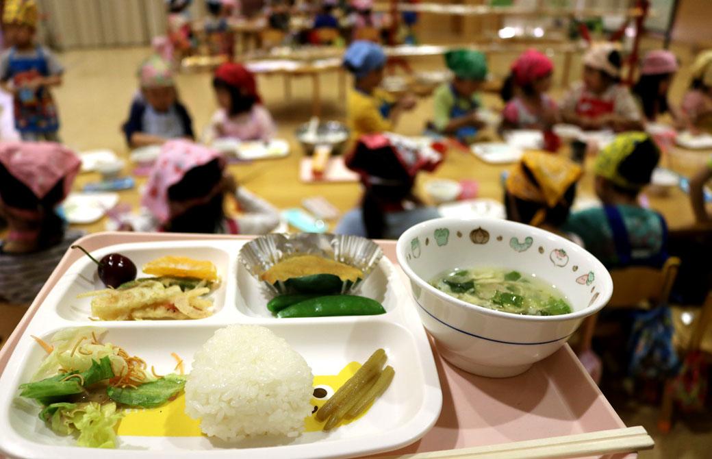 石川県はくい市が全国初の試みとして「完全オーガニックな学校給食」を提供したことが話題に。