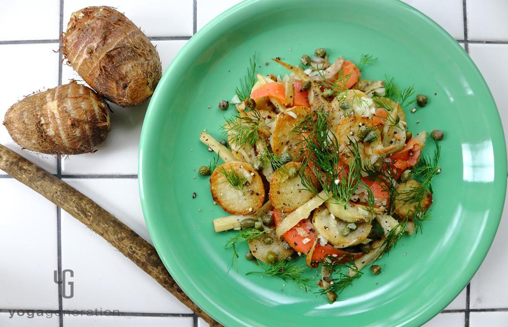 青みがかった緑色の皿に盛りつけた揚げゴボウと里芋、スモークサーモンのサラダ