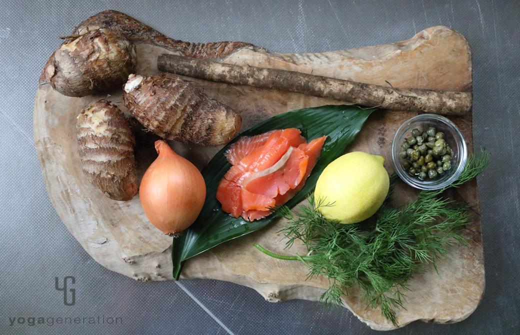 木製カットボードの上のスモークサーモンや里芋、ごぼうなどの材料