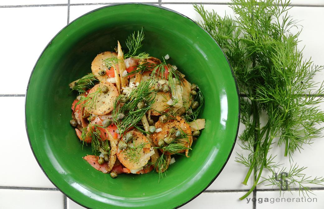 ディル色の皿に盛りつけた揚げゴボウと里芋、スモークサーモンのサラダ