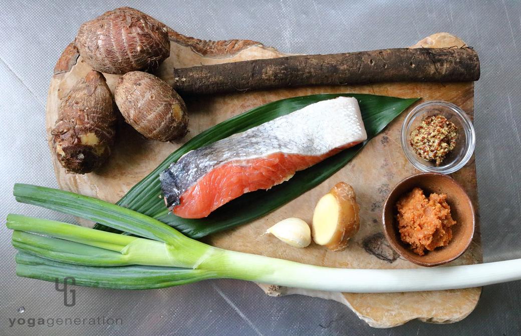 木製カットボードに乗った里芋やゴボウ、鮭などの材料