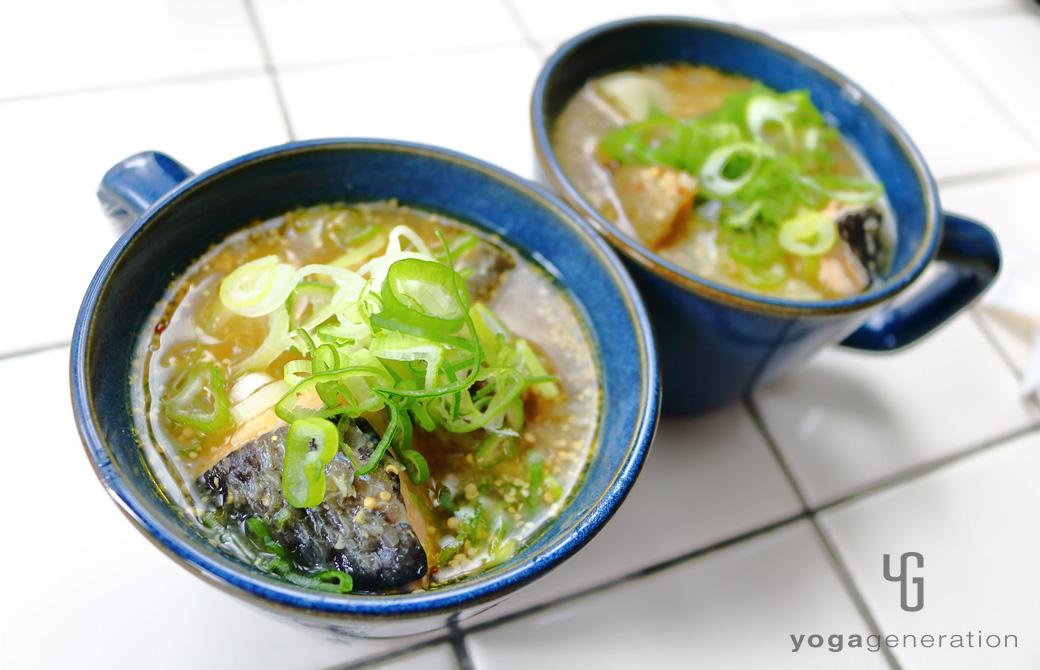 インディゴブルーの皿に盛りつけたゴボウと里芋、秋鮭のマスタード味噌スープ