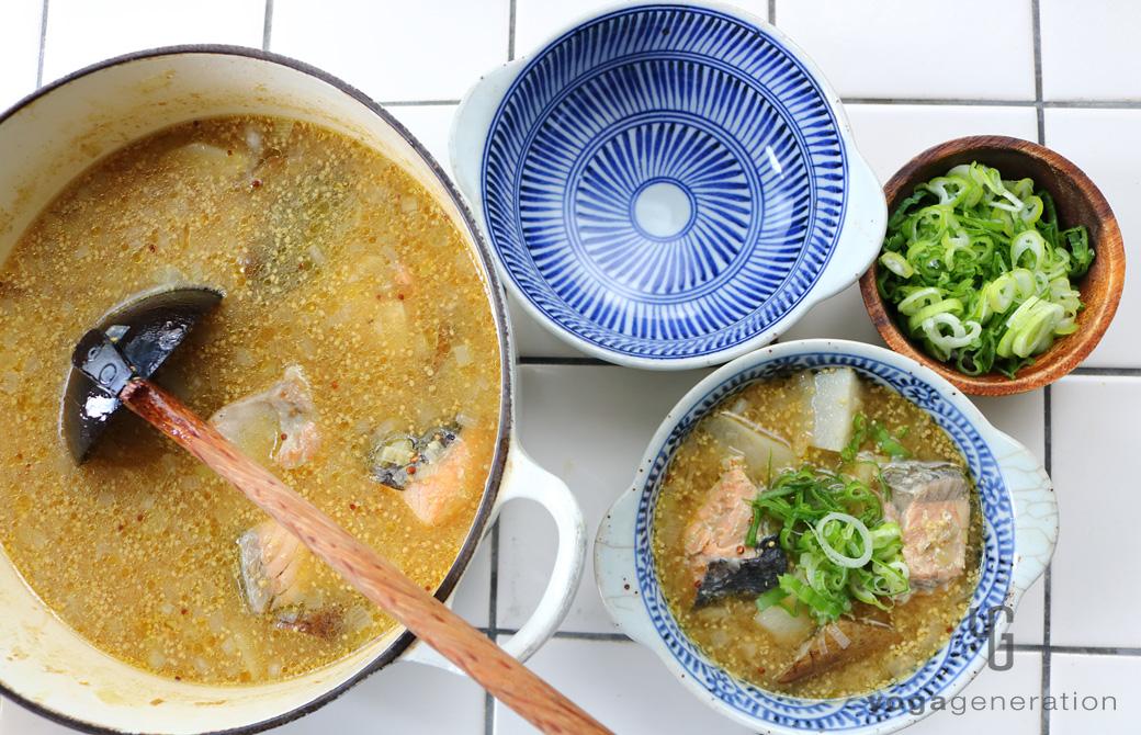 青と白の柄の皿に盛りつけたゴボウと里芋、秋鮭のマスタード味噌スープ
