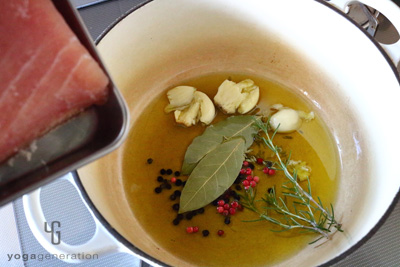 たっぷりのオリーブオイルえハーブスパイスを熱しマグロを加える