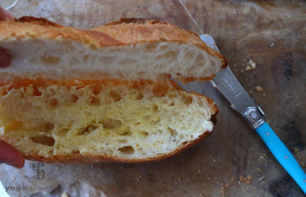 パンにスプレッド(オイル類)を塗っているところ