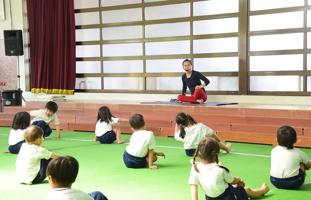 片岡まり子先生が子供達に話をしているところ