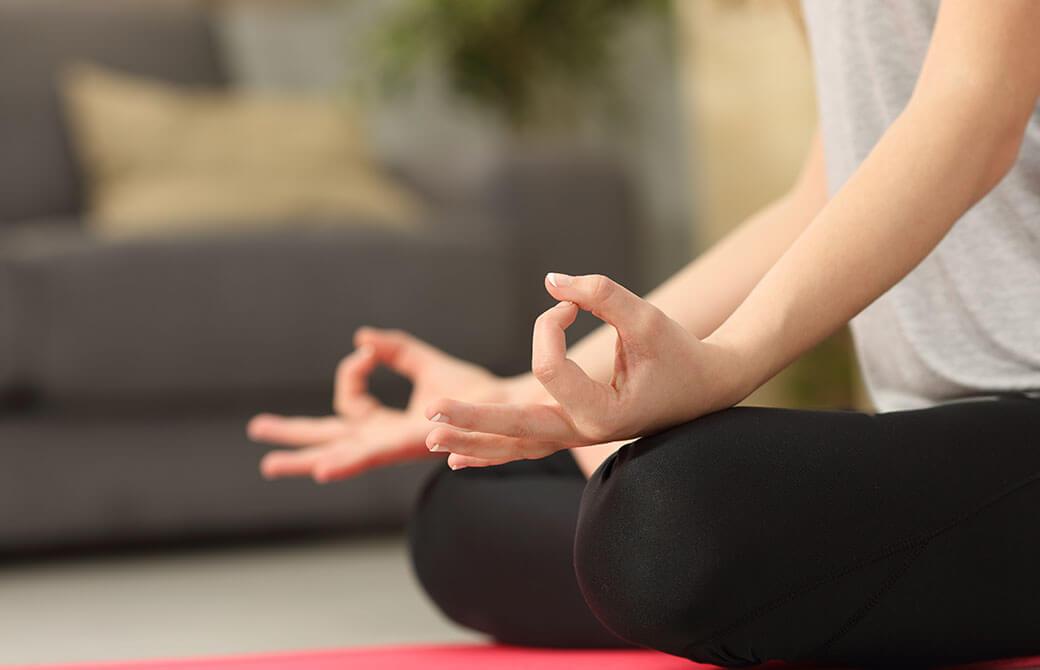 女性がムドラーを組み、瞑想をしているところ