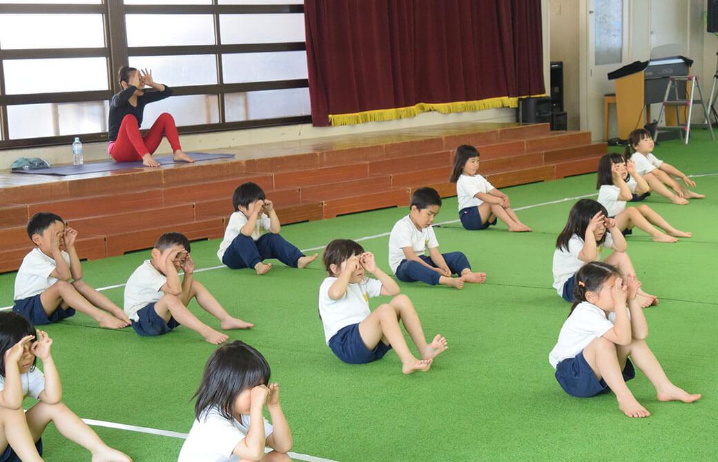 片岡まり子先生とヨガをする子どもたち