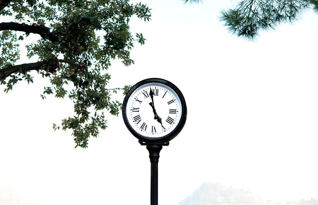 もうすぐ5時になる公園の時計