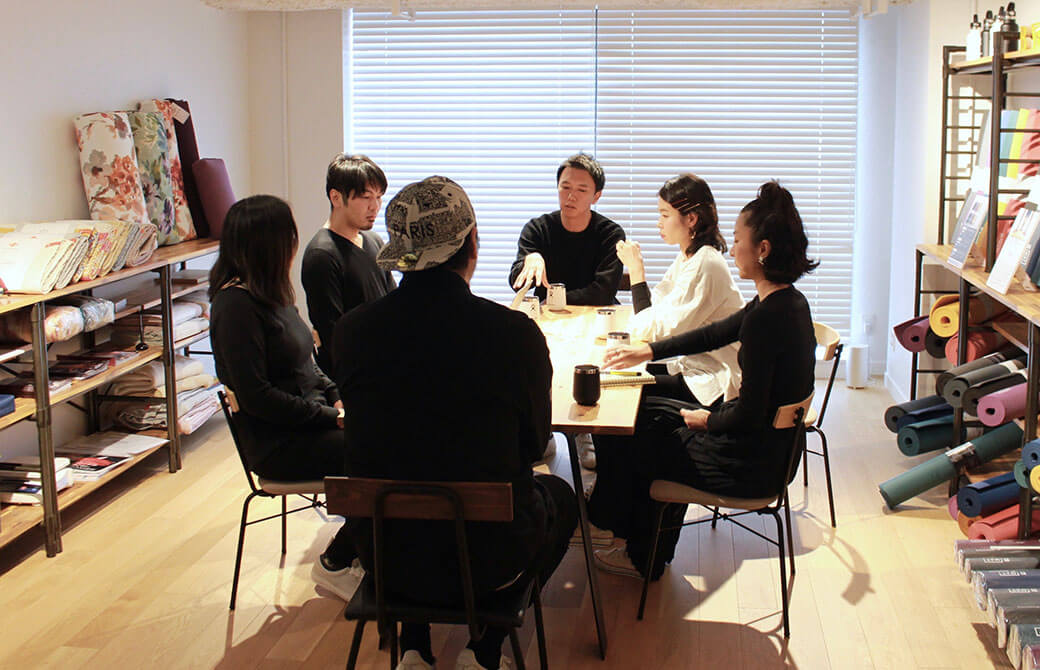 「THE BASIC」の企画会議をする6人